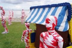 """Corona Kunst - Installation """"It is like it is"""" - Corona-Mahnmal Dennis Josef Meseg - Cuxhaven / Döse Strandkörbe am Meer"""