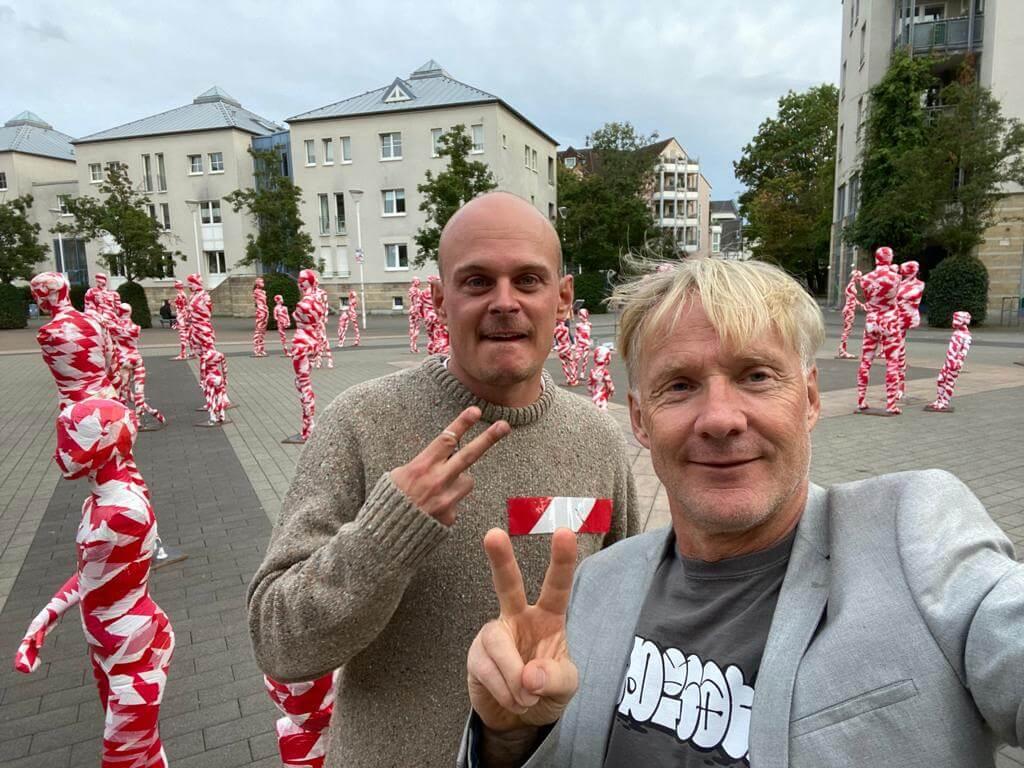 """Selfi mit Thomas Baumgärtel in Hilden auf dem Nove-Mesto-Platz vor meiner Installation """"It is like it is"""""""