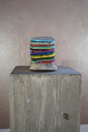 Erbse - Div. Materialien (Stoffe, Plastik, Metall) auf Holz - von Dennis Josef Meseg