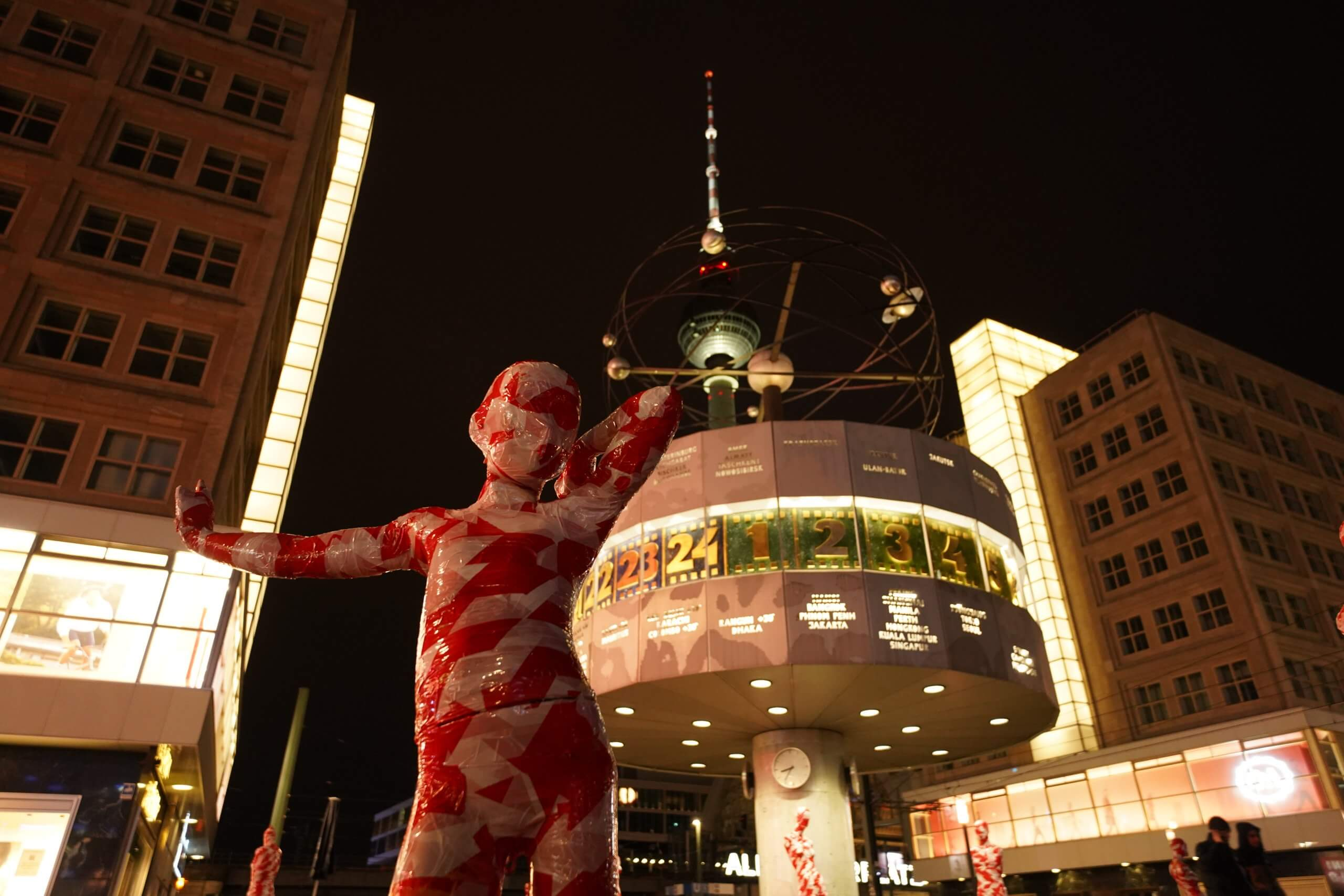 Is is like it is – Berlin / Alexanderplatz am Neptunbrunnen - Dennis Josef Meseg